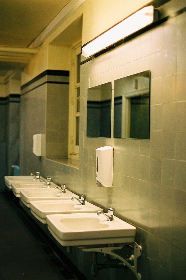 20. yüzyıla gelindiğinde ücretli umumi tuvaletler her yerde yaygınlaşmaya başladı. 1970 yılında 50 binden fazla ücretli umumi tuvalet bulunuyordu.