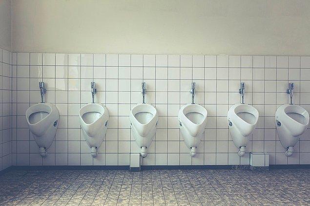 Bu, erkeklerin ücret ödemeden tuvaleti kullanmalarına olanak sağlarken kadınların ücret ödemesi gerektiği anlamına geliyordu.
