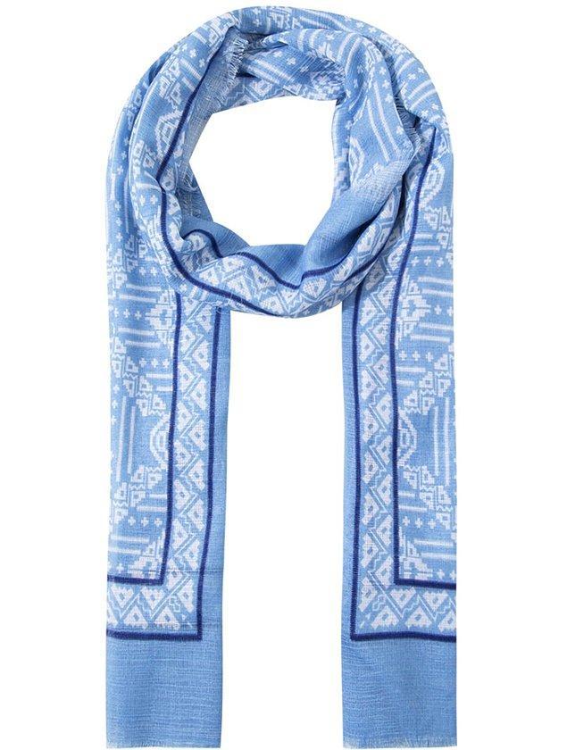 3. Deri ceketlerin içine çok yakışacak bu Mavi şalı indirimden alın.