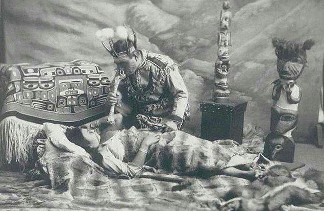 Hastalıklarda ise Şaman için iki ihtimal vardır: O ya hastanın kaçan ya da çalınan ruhunu arayacak ki bu eksiklik demektir ya da  bedene hastalık getiren ruhu tespit edecektir ki bu da fazlalıktır.
