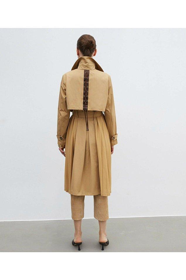 1. Kate Middleton kıyafetlerinde detayları seven biri. Bu trençkotun sırt detayı da bir harika...