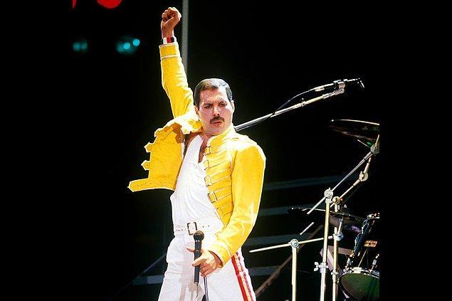 2. Freddie Mercury, 'Crazy Little Thing Called Love' şarkısını duş alırken 10 dakika içinde yazmıştır.