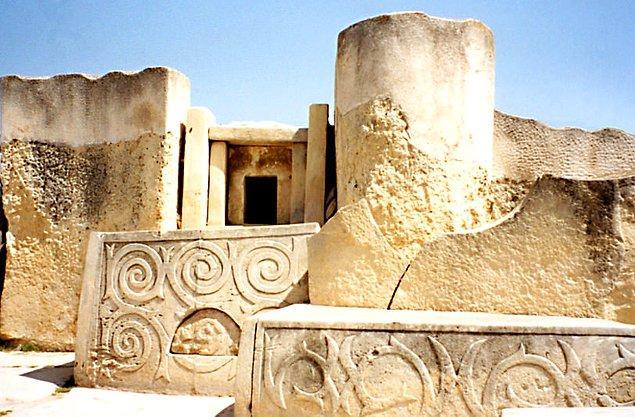 8. Malta'daki Megalit Tapınaklar, MÖ 3600 ila MÖ 700 yılları arasında üç farklı zaman periyodunda yapılmıştır.