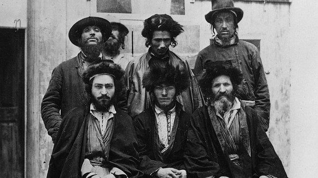 1350'li yıllarda Orta çağda büyük veba salgını yaşanırken Yahudiler suçlanmış ve birçok cinayete uğramışlardır.
