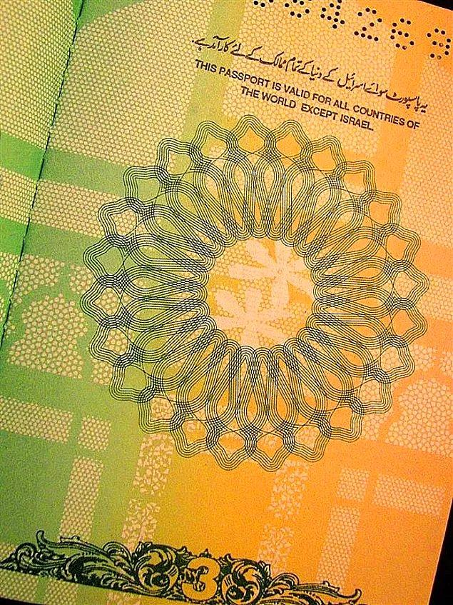 14. Pakistan pasaportunun ilk sayfasında 'Bu pasaport İsrail hariç tüm ülkelerde geçerlidir' yazar.