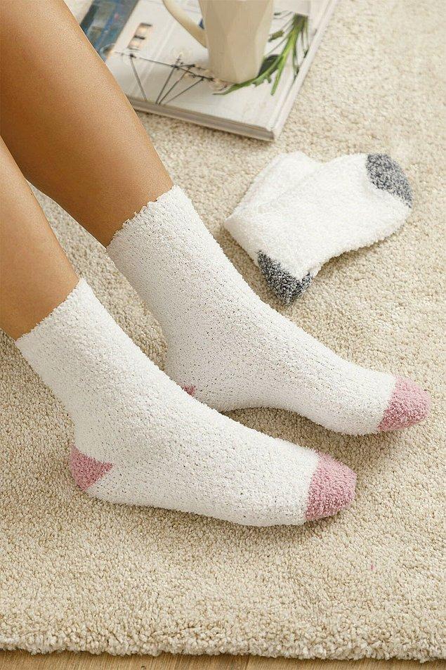 2. Peluş çoraplar da kış aylarının olmazsa olmazlarından.