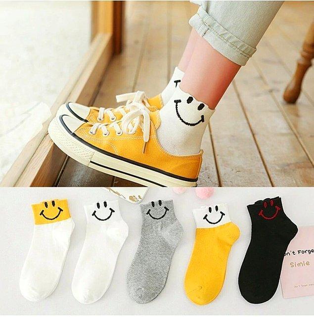 4. Şuraya da küçük, mutlu çoraplar çizelim...