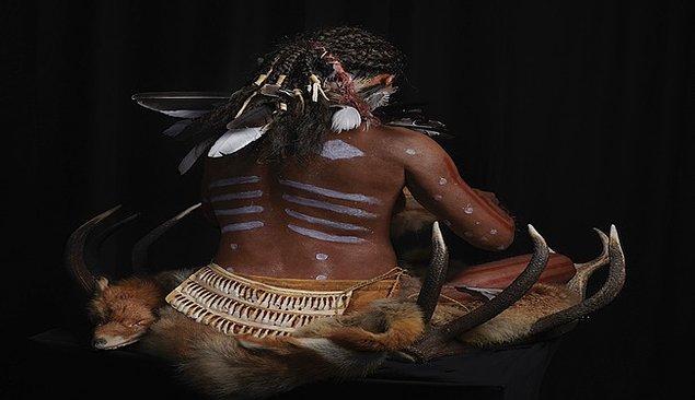 Tedavideki bir başka yöntem de korkutmadır. Kadın şamanlar ruhu korkutup kaçırmak için aniden cinsel organlarını gösterirler. Ayrıca kadın şamanların tedavi için çıplak kamlık yaptıkları da bilinir.