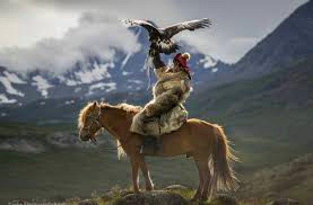At kurban etmek... Atların rengi de önemlidir. Mesela gök at baş hastalıkları, boz at karın ve göğüs hastalıkları, doru at verem, sarımtırak atlar da romatizma için kurban edilir.