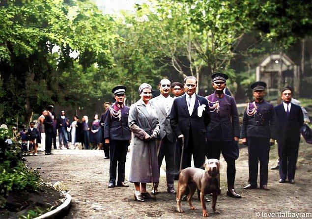 10. Mustafa Kemal Atatürk, manevi kızı Afet İnan ve köpeği Foks Gülhane Parkı'ndan, İstanbul, 1929.