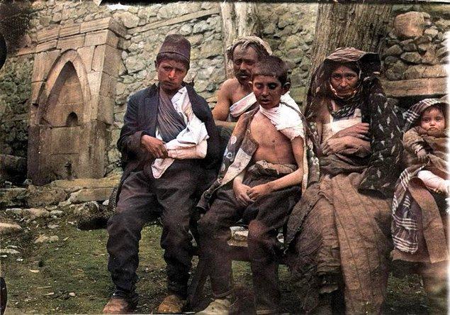 18. 1.Dünya Savaşı'nda Hasankale çatışmasında yaralı bir Türk aile, Erzurum, 1915.