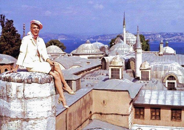 13. Topkapı Sarayı üzerine çıkıp poz veren bir kadın, İstanbul, 1964.