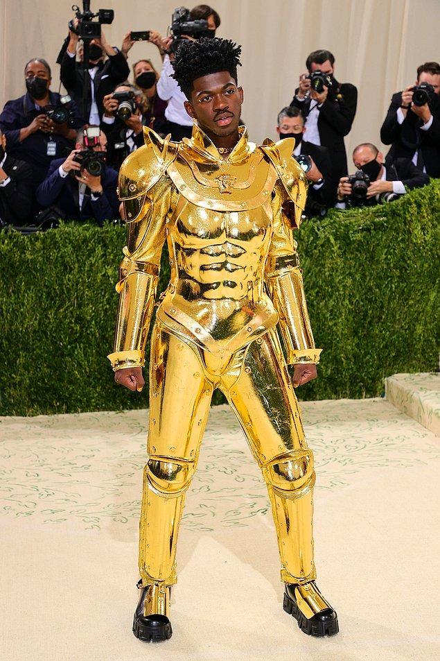 Lil Nas X, daha önce Lady Gaga'nın yaptığına benzer bir gösteri yaparak pelerinle geldiği törende farklı kostümlerini gösterdi.