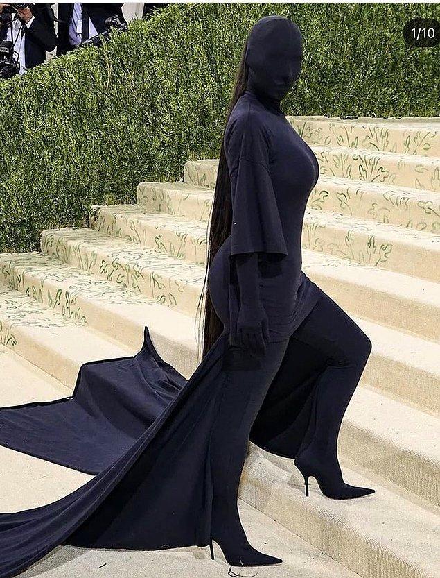 Her tarafını siyah kumaşla sarıp sarmalayan bu köstüm Balenciaga'nın ünlü tasarımcısı Demna Gvasalia'ya ait. Bize hiçbir şey ifade etmeyen bu kostüm, bazıları için işte böyle önemli. Fakat bu bizim Kim Kardashian'ı başka şeylere benzetmemize engel değil.