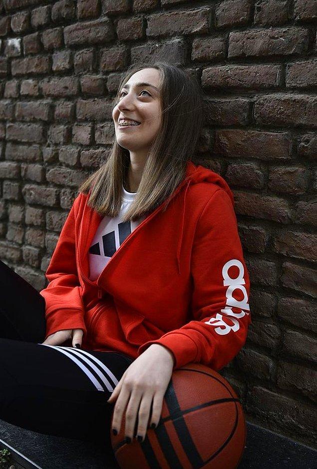 Çağla Nur Uzundurukan, işitme engelli bir basketbolcu.
