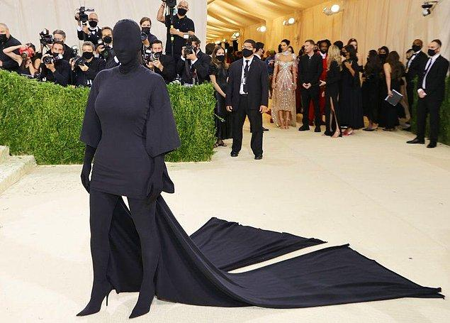 Kostümüyle geceye damga vuran isim ise tabii ki Kim Kardashian oldu.
