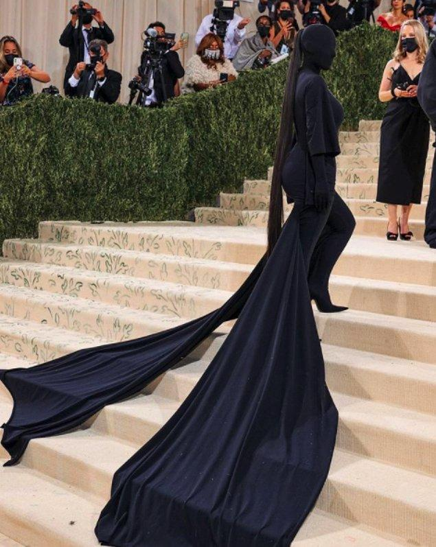 Balenciaga imzalı kostümü ile tepeden tırnağa simsiyah katılan Kardashian'ın yüzü bile gözükmüyordu.