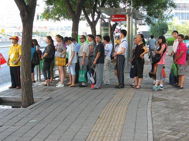 """5. """"Çin'de herhangi bir bilet sırasında beklerken yerliler sizi itip önünüze geçebiliyor. Ne gözlerinize bakıyorlar ne de özür diliyorlar. En başta çok sinirimi bozmuştu ama herkesin yaptığını görünce alıştım duruma."""""""