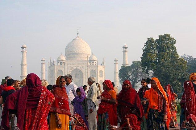 """15. """"Hindistan'da gözlemlediğim insanlar arasındaki sınıf farkını unutamıyorum. Delhi'de köşklerin önünde uyuyan evsizler, görkemli Tac Mahal'in etrafındaki üstü başı yırtık insanlar..."""""""