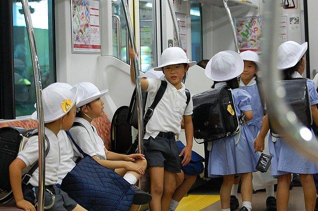 """23. """"Tokyo'ya tatile gittiğim zaman 5 yaşında çocukların bile kendi başlarına metroya binip okullarına gidip geldiğini gördüm."""""""