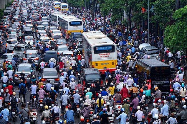 """2. """"Vietnam caddelerine karşı sokağa geçmek resmen bir eziyet. Ortalıkta yaya geçitleri yok, trafiğin azaldığı bir anı yakalayıp kendinizi atıyorsunuz."""""""
