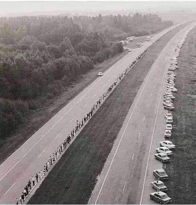 2. 23 Ağustos 1989 tarihinde Letonya, Estonya ve Litvanya'dan yaklaşık 2 milyon insan bir araya gelerek Sovyetler Birliği'nden kurtulmak ve komünizmin yalnızca acıya ve açlığa neden olduğunu anlatmak için 600 kilometrelik bir insan zinciri oluşturmuştur.