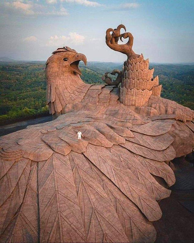 12. Hindistan'da bulunan Jatayu Parkı'nda dünyanın en büyük kuş heykeli bulunmakta. Heykel yaklaşık 1400 metrekarelik bir alanı kaplıyor. 61 metre uzunluğunda, 46 metre genişliğinde ve 21 metre yükseklikte.