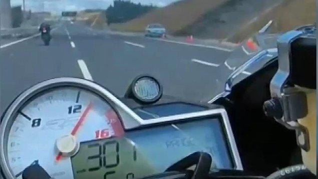 301 kilometre hıza ulaşan motosiklet sürücüsü Şakir Düz, bu sırada radar denetimi yapan jandarma ekibini gördü. Düz, radara yakalandığı anları '301 km hızla radara girdim' diyerek sosyal medyadan paylaştı.