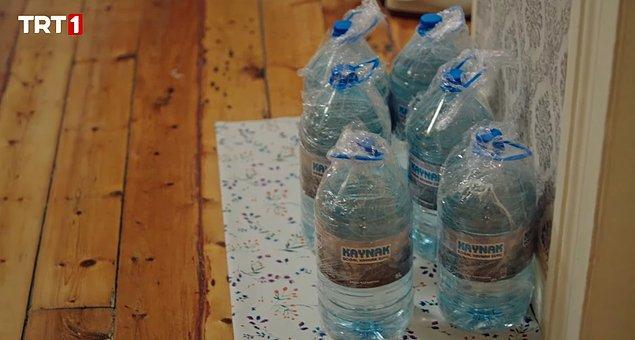 Su şişelerini hatta evdeki tabak çanağı bile streç filmle sarıyor Safiye.