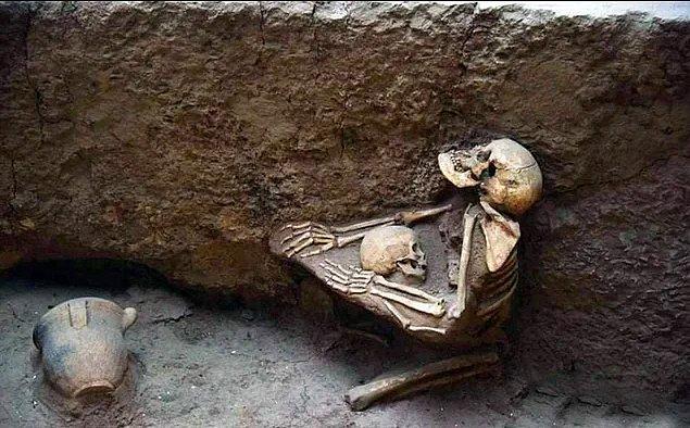 1. Bundan 4 bin yıl önce Çin'de meydana gelen bir deprem esnasında çocuğunu korumaya çalışan bir anne ve bebeğinin iskeleti:😢