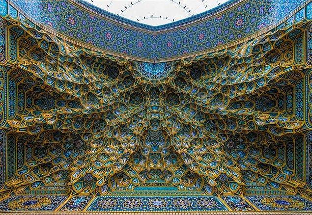 3. İran'da bulunan bir caminin tavanı:
