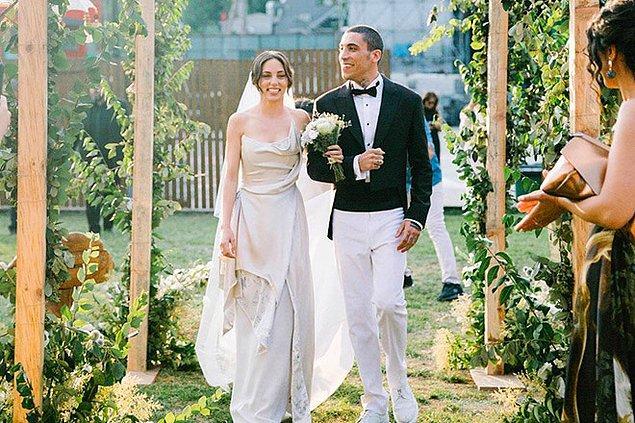 Ardından da evlilik haberiyle ilişkilerini bir üst seviyeye taşımaya karar verdiler ve yine kendilerine has bir düğünle dünyaevine girdiler.