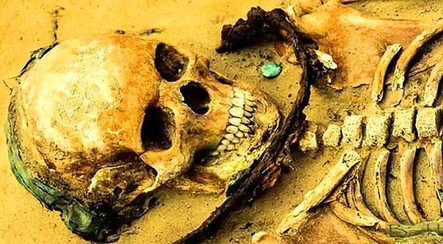 14. 17. yüzyılda Polonya'da vampir olduğundan şüphelenilen kişiler boyunlarına orak konularak gömülürlermiş.