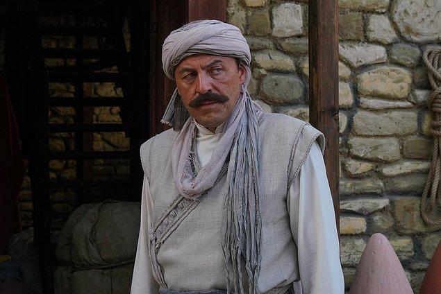 """İshak, Hızır'ın baba ocağı Midilli'de olmasından çok memnundur ancak Hızır'ın aklında da kitapçı Süleyman Usta ile birlikte peşine düştüğü büyük ve kutsal """"sır"""" vardır."""