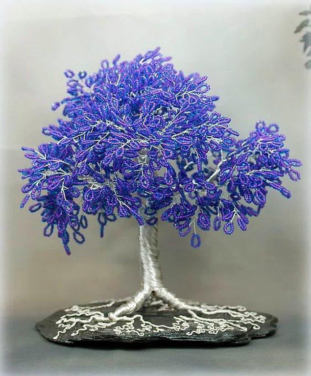11. Annelerin binbir emekle telleri eğip bükerek yaptığı ya da eş dost tarafından hediye edilmiş bu boncuklu ağaçlar.