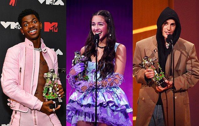13 Eylül'de gerçekleşen törende ünlü isimler gerek kıyafetleriyle gerek sahne performanslarıyla günlerce magazin manşetlerini süsledi.