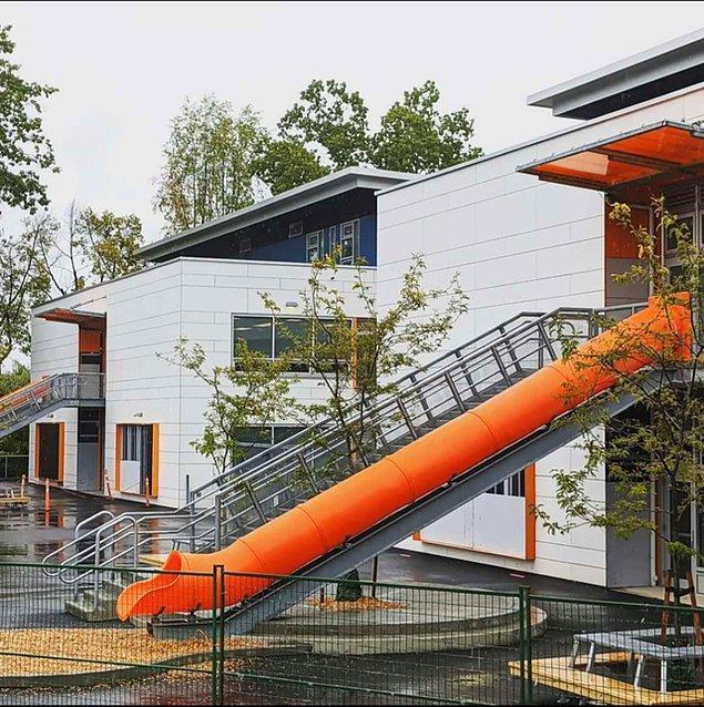 8. Kanada, Vancouver'da bulunan bir ilkokulun çıkış kısmında merdiven yerine bu kaydıraklardan yerleştirilmiş.😅