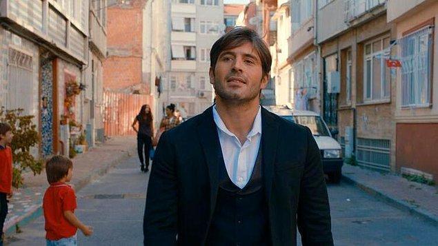 """Daha sonra, kısa sürmesine rağmen ekranlarda ses getiren """"Alev Alev"""" dizisinde rol aldı. Ünlü oyuncu bu dizide Ömer karakterine hayat vermişti."""