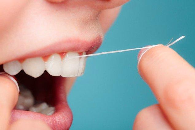 Diş ipi ya da diş arası fırçası kullanın.