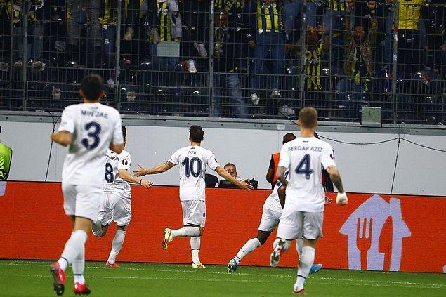 10.dakikada Fenerbahçe, Mesut Özil'in golüyle 1-0 öne geçti.