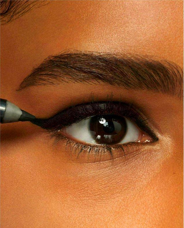 11. Siyah göz kalemi ile gözlerinle baştan çıkar!😍