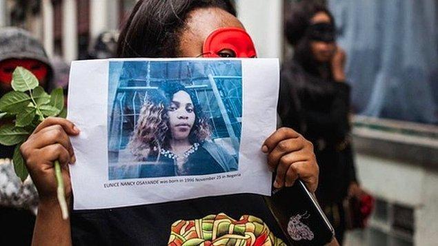Çoğunluğu Nijeryalı olan seks işçisi kadınlar, güvenliğin artırılması için sokağa çıktı