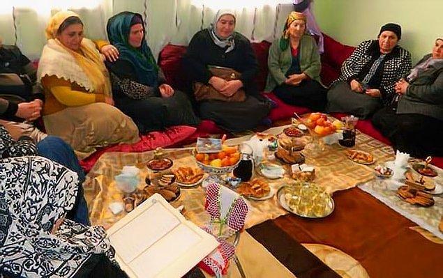 Türkiye'nin birçok yerinde cenaze günü ve sonrasında ev sahipleri akrabaların ve komşuların karnını pidelerle ya da tavuklu pilavla bir güzel doyurur. Yemek bekleyen insanların midesini düşünmekten insanlar acılarını yaşayamaz bile... Hüngür hüngür ağlamak yerine amcaların teyzelerin peşinden hizmet için koşturulurlar.
