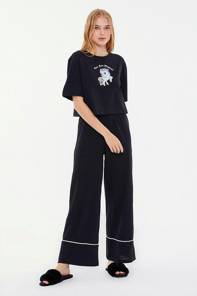 1. Siyah unicorn baskılı pijama takımı, rahatından vazgeçemeyenler için...