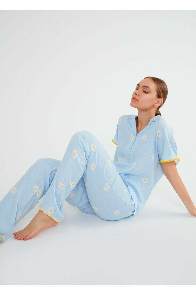 8. Dökümlü rahat tarzı ve açık mavi renk papatya deseniyle çok zarif ve bir o kadar da rahat bir pijama takımı.