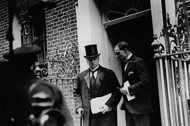 Daily Express gazetesi ise 9 ve 10 Ağustos 1922'deki haberlerinde Lord Curzon'u eleştirir: Halk İngiliz hükumetine güven duymuyordur ve ordunun Yakın Doğu'dan çekilmesini istemektedir.