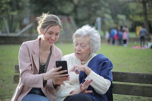 11. Sürekli başkalarına yardım eden insanlar, diğer insanlara göre önemli ölçüde daha mutludur ve yaşlandıkça depresyona girme olasılıkları daha düşüktür.
