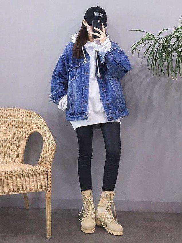 8. Ne demiştik? K-pop tarzında her şeyin oversize olanı makbul. Sweat'lerin üzerine kot ceketler de pek yakışıyor doğrusu.