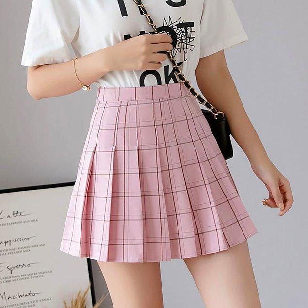 2. Okul üniformalarından alışkın olduğumuz pileli etekler de k-pop yıldızlarının hayatlarında vazgeçilmez desek yanılıyor olmayız.