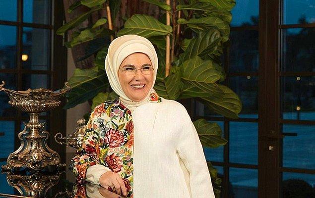 Bu sefer de eşi Emine Erdoğan'ın Afrika'ya gerçekleştirdiği seyahatlerden izlenim ve hatırlarının bulunduğu 'Afrika Seyahatlerim' kitabı satışa sunulacak.